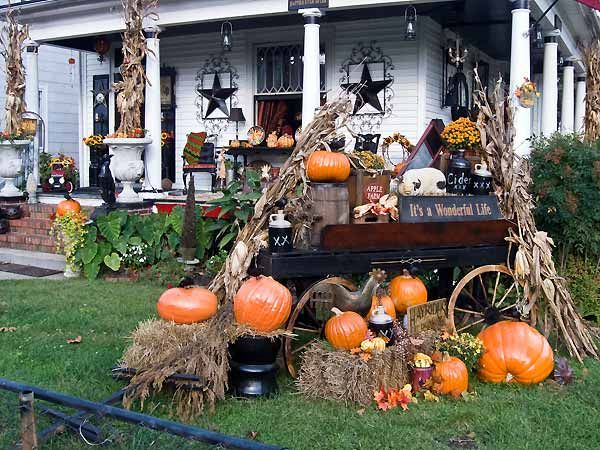Outside halloween decorations time for the holidays - Decoration maison halloween ...