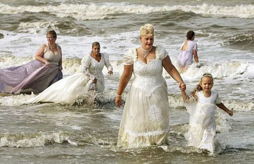Funny-Wedding-Photos-Beach-in-the-Water