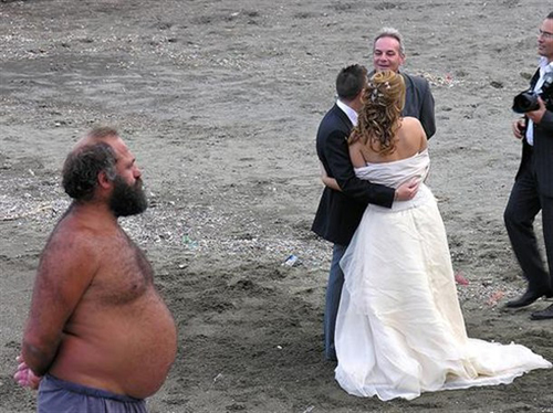 Funny-Wedding-Photos-Beach
