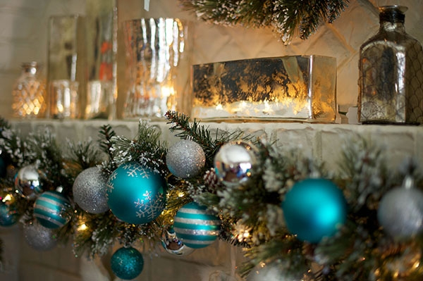 Mantel-Christmas-decorations-ideas-garland-of-blue