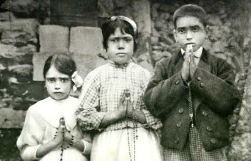 Jacinta Marto, Lúcia dos Santos and Francisco Marto, holding their rosaries in 1917